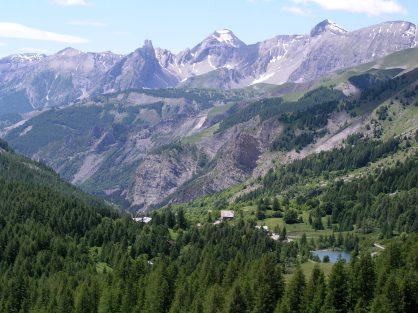 Widok z podjazdu na przełęcz Cayolle we Francji