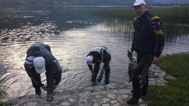 Zmywanie błota w jeziorze w Plav