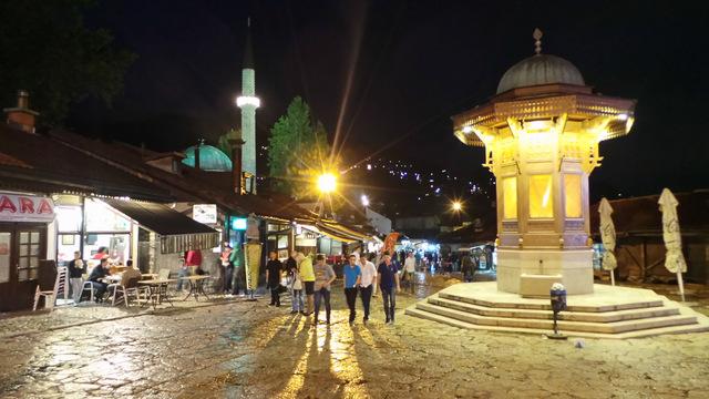 Sarajevo, Baszczarszja by night.