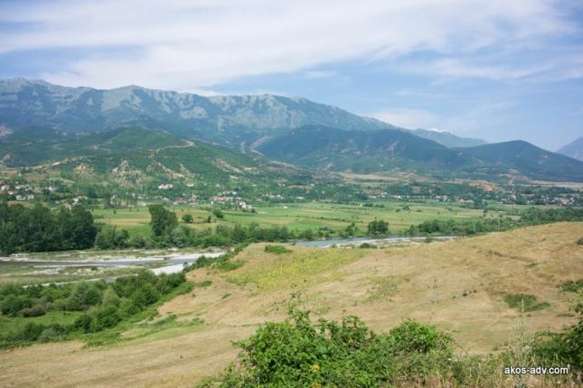 Przełęcz z prawej strony zdjęcia prowadzi do Fushe Lure, wioski położonej u podnóża PN Lure.