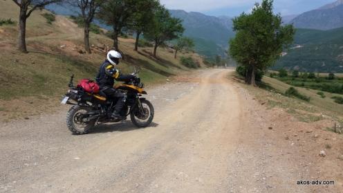 Koło wsi Arras zaczynamy podjazd do przełęczy Qafa e Lanes