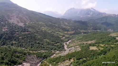 Przez te wzgórza dotrzemy do zapory na jeziore Bovilla