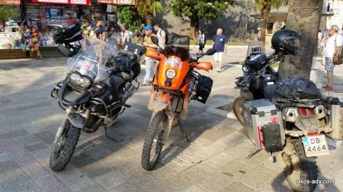 Miejsce tradycyjnych już fotek naszych maszyn przed starym miastem w Kotorze. To tutaj dwa lata wcześniej zrodziła się myśl o zmianie motocykla na KTM 690. Ten, który mnie zainspirował stał chyba w tym samym miejscu.