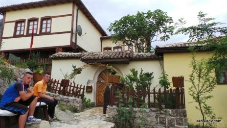Nasz pensjonat na zamklu w Kruje i jego młodzi menedżerowie. Rooms Emiliano rules !