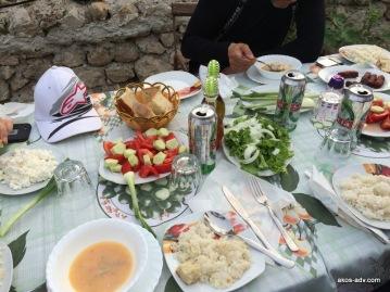 Tradycyjny posiłek przygotowany przez właścicielkę domu.