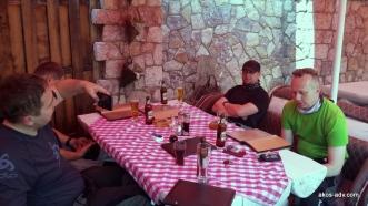 W oczekiwaniu na posiłek w Mavrovie