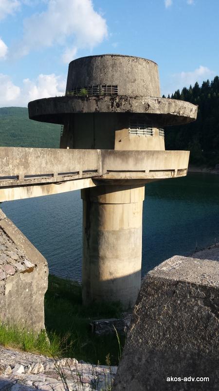 Studnia przy zaporze na jeziorze Mavrovo