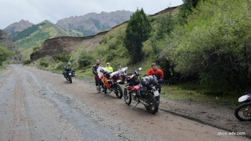 Postój w deszczu w drodze na Son-Kul