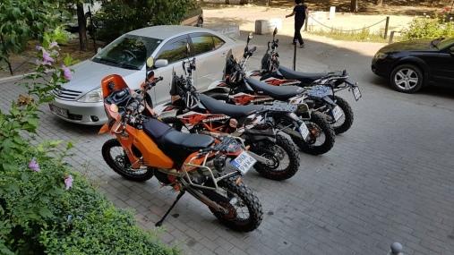 Motocykle przygotowane do porannego załadunku