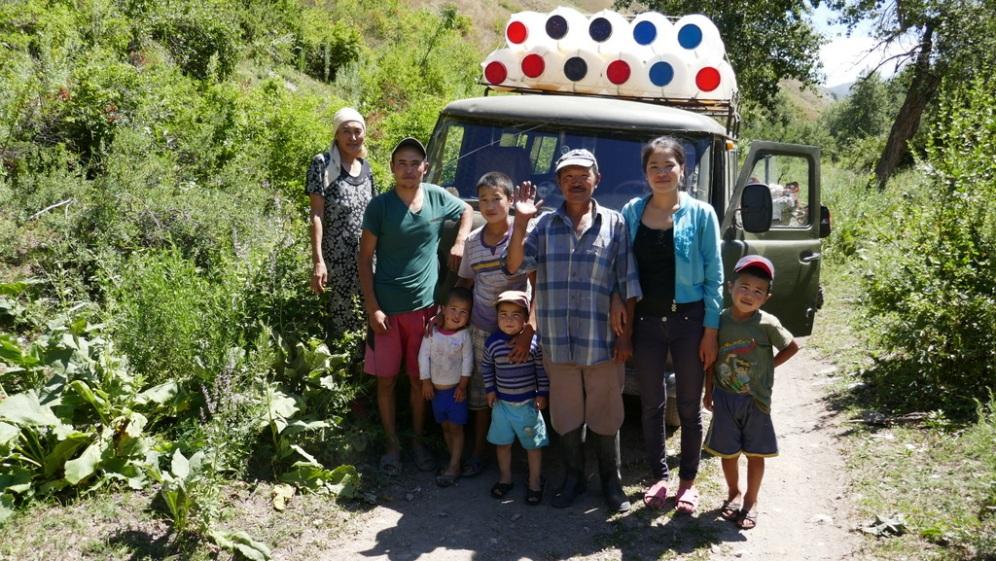 Rodzina pszczelarzy z doliny Terek, która pomogła włoskim motocyklistom miesiąc wcześniej