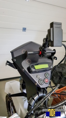 Owiewka Rade Garage w trakcie montażu - widać oznaczone miejsca instalacji gniazd i wskaźnika napięcia