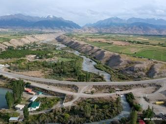Widok na rzekę, miejscowość i dolinę Barskoon